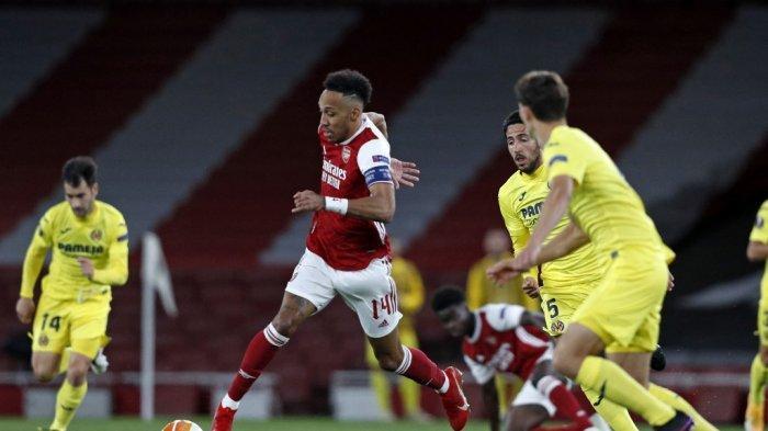 Striker Arsenal Pierre-Emerick Aubameyang (tengah) berlari dengan bola selama pertandingan sepak bola leg kedua semifinal UEFA Europa League antara Arsenal dan Villarreal di Emirates Stadium di London pada 6 Mei 2021. Pertandingan berakhir 0-0, Villarreal memenangkan pertandingan dengan agregat 2-1.