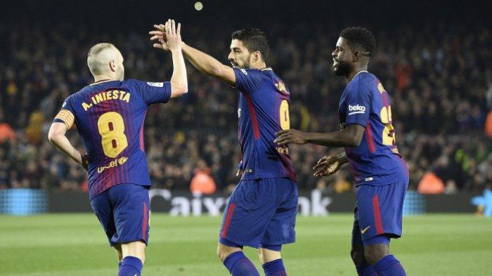 Striker FC Barcelona, Luis Suarez (tengah), merayakan golnya bersama Samuel Umtiti (kanan) dan Andres Iniesta dalam laga leg kedua perempat final Copa del Rey kontra Espanyol di Stadion Camp Nou, Barcelona, pada 25 Januari 2018.