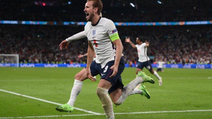 Striker Inggris Harry Kane (tengah) merayakan setelah mencetak gol kedua selama pertandingan sepak bola semifinal UEFA EURO 2020 antara Inggris dan Denmark di Stadion Wembley di London pada 7 Juli 2021.