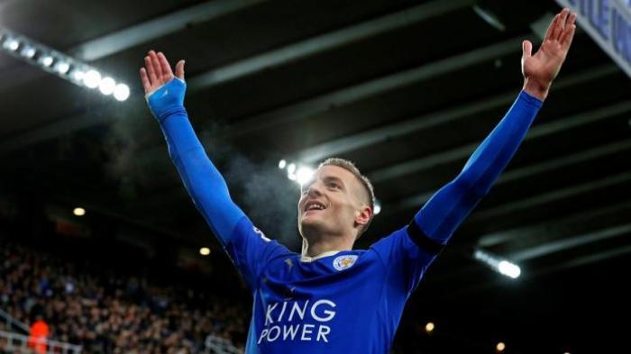 Striker Leicester City, Jamie Vardy, merayakan golnya ke gawang Newcastle United pada lanjutan Premier League St James Park, Sabtu (21/11/2015).