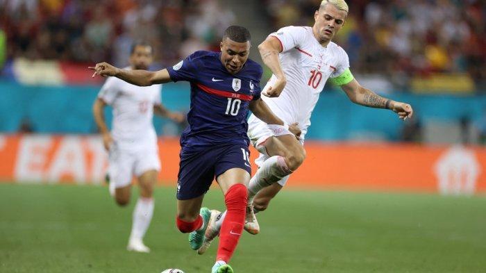 Striker Prancis Kylian Mbappe dipepet gelandang Swiss Granit Xhaka (kanan) selama pertandingan sepak bola babak 16 besar UEFA EURO 2020 antara Prancis dan Swiss di National Arena di Bucharest pada 28 Juni 2021.