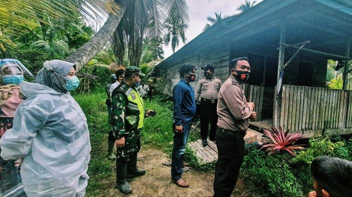 Polsek Gas bersama Koramil 05 Gas dan Team Medis dari Puskesmas Kelurahan Teluk Pinang saat mendatangi rumah pasangan lansia ini untuk olah TKP.