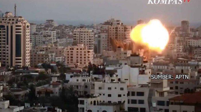 Suara kumandang azan menggema, disusul suara ledakan empat rudal Israel yang terjadi hampir berurutan. Ledakan meninggalkan kolom asap hitam tebal di cakrawala dan menimbulkan suara memekakkan telinga yang terdengar di seluruh kota.