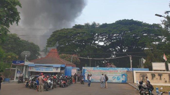 Suasana di lokasi kebakaran di pabrik PT. Mertex (Mermaid Textile Industri Indonesia) Jl By Pass, Desa Lengkong, Kecamatan Mojoanyar, Kabupaten Mojokerto, Rabu (8/9/2021).