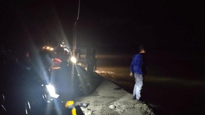 Suasana pencarian terhadap Raihan (16), korban tenggelam di Pelabuhan Taddeta, Desa Senga Selatan, Kecamatan Belopa, Kabupaten Luwu, Sulwesi Selatan, Senin (12102021) malam.