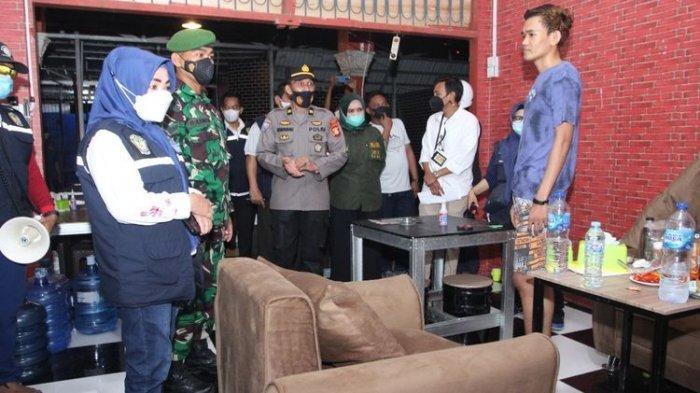 Suasana razia PPKM di salah satu warung kopi di Desa Panciro, Kecamatan Bajeng, Kabupaten Gowa, Sulawesi Selatan sebelum terjadi keributan yang berujung penganiayaan terhadap pasangan suami isteri, pemilik warung kopi. Rabu, (14/7/2021).