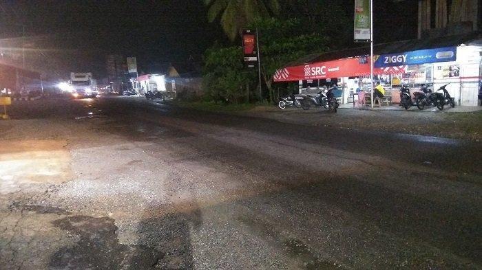 Suasana relatif sepi pengguna jalan yang melintas di Pos Penyekatan Sumbar-Riau, di Nagari Tanjung Balik, Kecamatan Pangkalan, Kabupaten Limapuluh Kota, Sumatera Barat (Sumbar), hari pertama diberlakukan larangan mudik antar wilayah provinsi pada Kamis (6/5/2021).