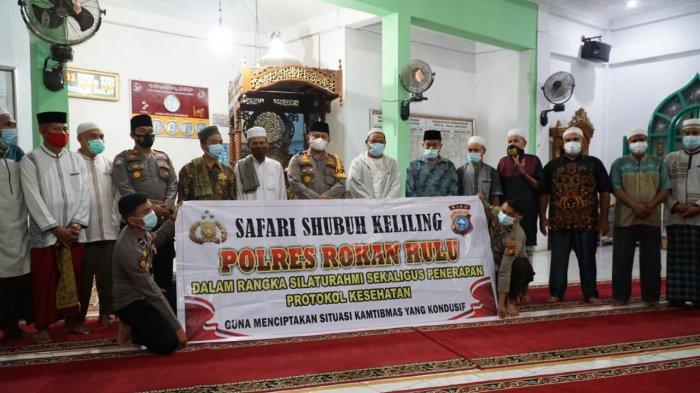 Gelar Subuh Keliling di Masjid Al Hilal, Kapolres Rohul Bagikan Masker Gratis