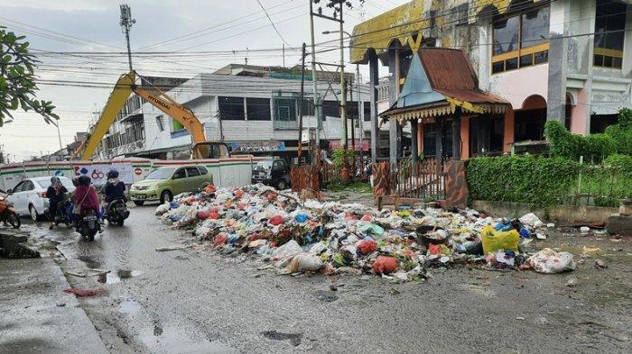 Sudah Tiga Hari Sampah Menumpuk di Simpang Jalan Teratai, Ini Kata DLHK Pekanbaru