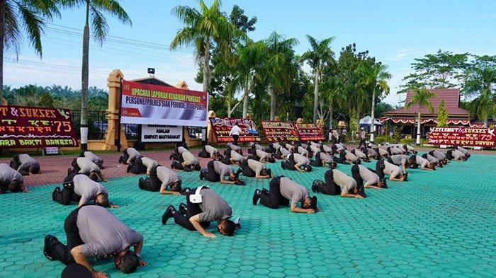 Bikin Mewek,Naik Pangkat,Personel Polres Siak Kompak Sujud Syukur di Lapangan Upacara,Alhamdulillah