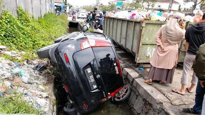 APES, Mobil Splash Terperosok ke Parit, Body Terjepit di Mulut Got,Banting Stir Saat Disalip Pemotor