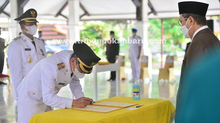 Foto : Dilantik Gubernur Riau, Afrizal Sintong dan Sulaiman Resmi Pimpin Rohil - syamsuar-lantik-afrizal-sintong-dan-sulaiman.jpg