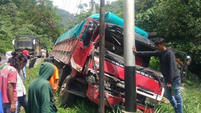 Sopir Truk Terjepit Usai Terlibat Tabrakan Beruntun dengan Bus dan Pikap di Jalan Bukittinggi-Padang