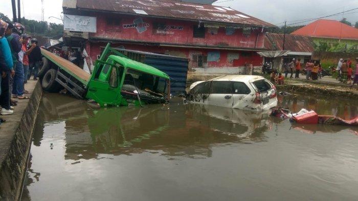 Tabrakan Beruntut di Sumbar, 6 Mobil dan 3 Sepeda Motor, Ada yang Tercebur Masuk dalam Kolam