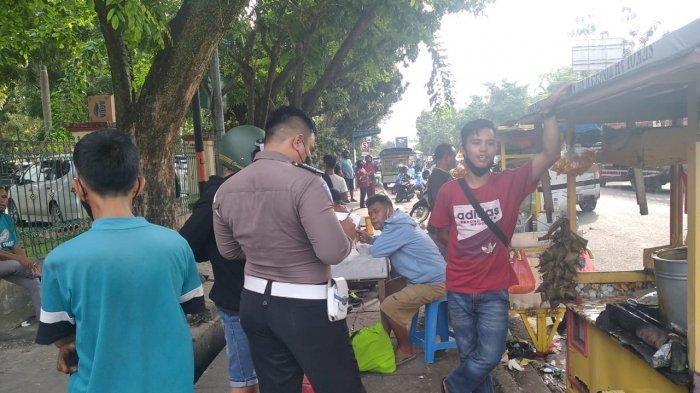 Foto:Tukang Sate Terjepit,Pemilik Gerobak Kopi Sakit Pinggang,Kaki Mulyadi Luka,Tabrakan Depan RSUD - tabrakan-depan-rsud-riau.jpg