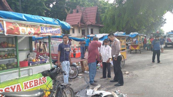 Foto:Tukang Sate Terjepit,Pemilik Gerobak Kopi Sakit Pinggang,Kaki Mulyadi Luka,Tabrakan Depan RSUD - tabrakan-di-depan-rsud-riau.jpg