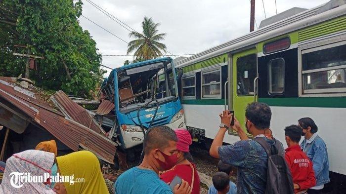Kronologi Kecelakaan Bus Trans Padang dan Kereta Api,Warga Sempat Teriaki Sopir Sebelum Tabrakan