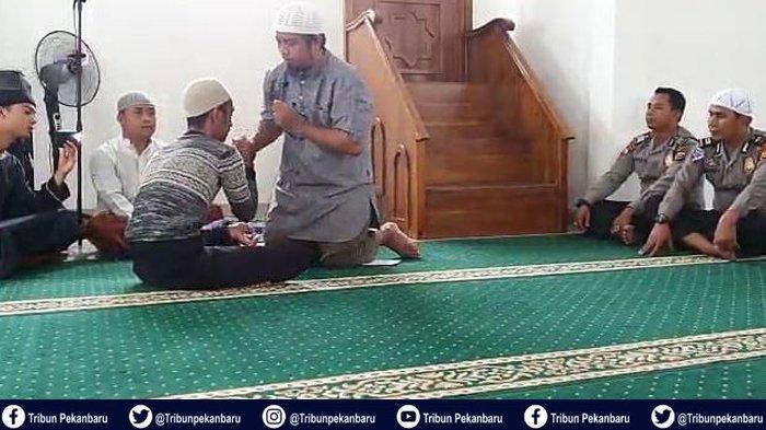 Tahanan di Riau Putuskan Masuk Islam dan Jadi Mualaf, Ucapkan Dua Kalimat Syahadat di Depan Kapolsek
