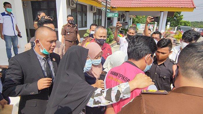 Isak Tangis Keluarga Iringi Penahanan Eks Pejabat BUMD di Kejari Pelalawan dalam kasus dugaan Tipikor, Selasa (23/02/2021). (tribunpekanbaru.com/Johannes Wowor Tanjung)