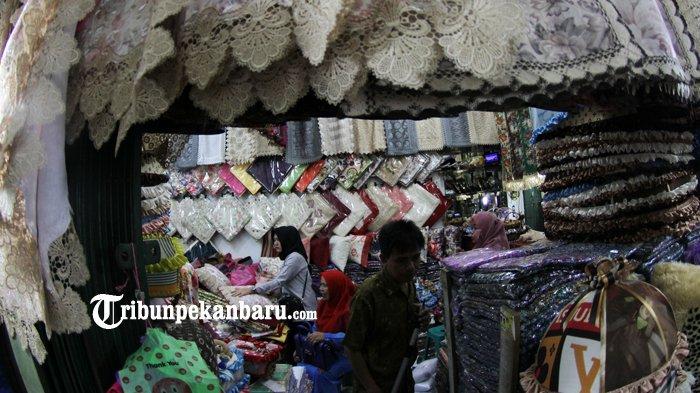 FOTO: Penjualan Taplak Meja Jelang Lebaran di Pasar Bawah Meningkat - taplak-meja-laris-pasar-bawah-pekanbaru_20180605_141225.jpg