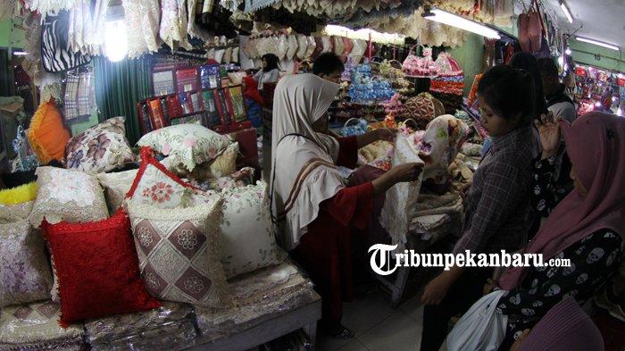 FOTO: Penjualan Taplak Meja Jelang Lebaran di Pasar Bawah Meningkat - taplak-meja-laris-pasar-bawah-pekanbaru_20180605_141317.jpg