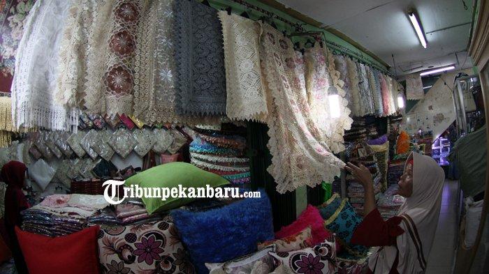 FOTO: Penjualan Taplak Meja Jelang Lebaran di Pasar Bawah Meningkat - taplak-meja-laris-pasar-bawah-pekanbaru_20180605_141340.jpg