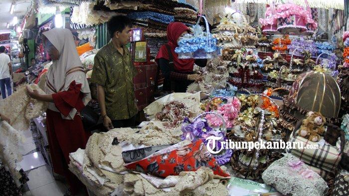 FOTO: Penjualan Taplak Meja Jelang Lebaran di Pasar Bawah Meningkat - taplak-meja-laris-pasar-bawah-pekanbaru_20180605_141410.jpg
