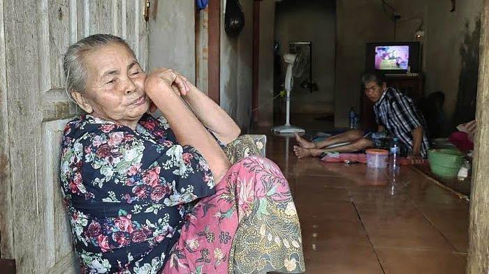 Tarsimah, warga Dusun/Desa Sumurgeneng, Kecamatan Jenu, Kabupaten Tuban, yang tidak mendapatkan berkah menjual tanah ke Pertamina, Jumat (19/2/2021).