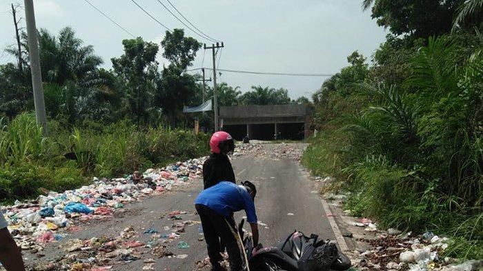 Motor Tergelincir Sampah,Pengendara Terjungkal Cium Aspal,Serakan Sampah di Pekanbaru Telan Korban