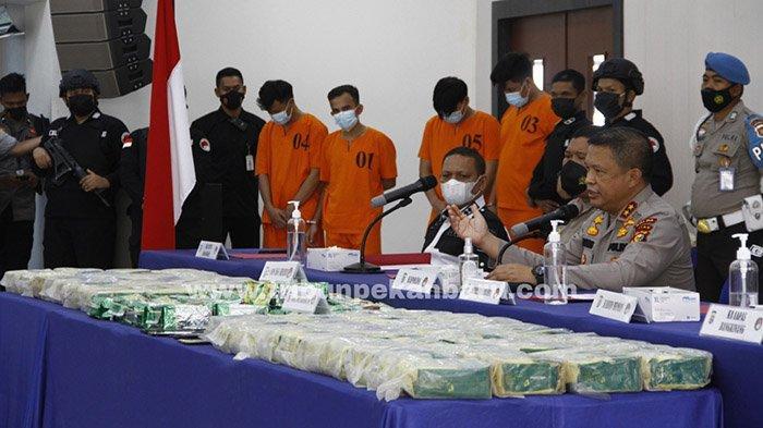 Foto : Polda Riau Ekspos Kasus Pengungkapan 108 Kg Sabu - tersangka-108-kg-sabu-di-riau.jpg