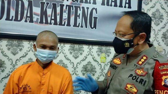 Kapolresta Palangkaraya Kombes Pol Sandi Alfadien Mustofa bersama tersangka dalam kasus kebakaran di Kelurahan Tumbang Rungan Palangkaraya Kalteng.