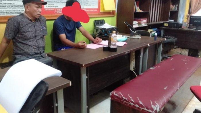 Tersangka pembunuhan siswi SMP Pangkalan Kerinci, MAA (17), pakai baju kaos biru mengikuti pelimpahan perkara tahap ll dari Polres Pelalawan ke Kejari Pelalawan, Kamis (4/03/2021). (Ist)