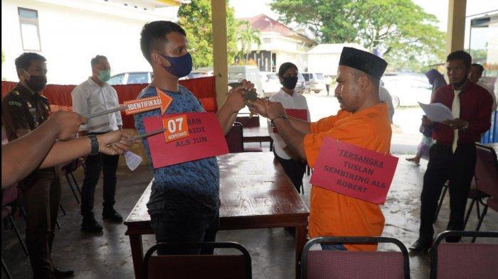 Tersangka Robert Perankan 14 Adegan, Rekonstruksi Kasus Pembunuhan Sadis Bersenpi di Pelalawan Riau