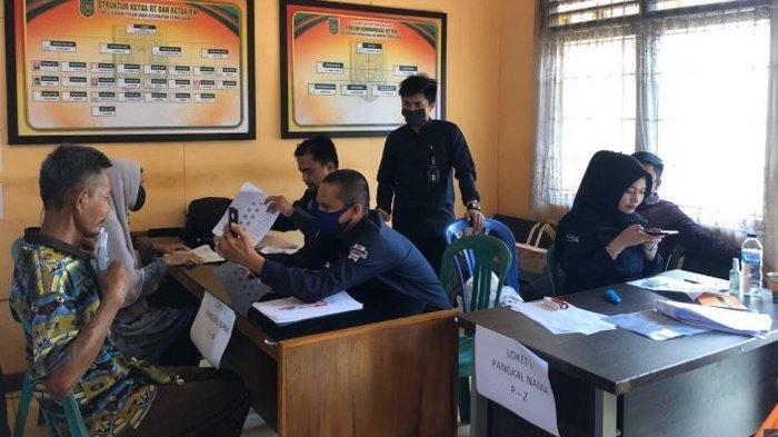 Penyaluran BLT Dana Desa Saat Wabah Covid-19, Mahasiswa Kukerta UNRI Pakai Protokol Kesehatan