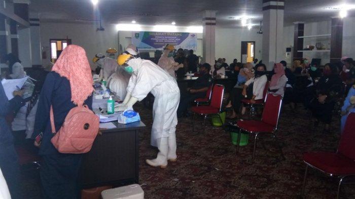 Swab masal di Dinas Kesehatan Bengkalis diikuti oleh dua ratus orang pegawai dan guru di kecamatan Bengkalis, Rabu (26/8) pagi