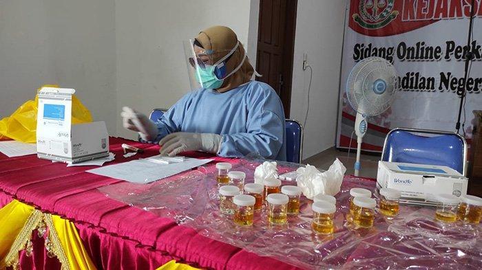 Tes urine pegawai Kejari Dumai dilaksanakan pada  Selasa (20/10/2020) di aula Kantor Kejaksaan Negeri Dumai