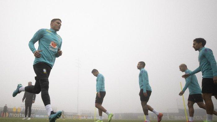 Thiago Silva (kiri) dan rekan satu timnya selama sesi latihan di pusat pelatihan Granja Comary di Teresopolis, Rio de Janeiro, Brasil, pada 22 Juni 2021, selama 2021 turnamen Copa Amerika.