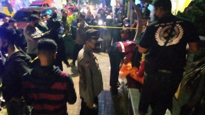 Evakuasi mayat perempuan di halte angkot di Bukittinggi, Sumbar, Selasa (9/3/2021) malam.