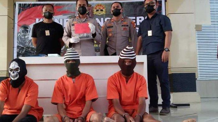 Tiga pelaku pembunuhan seorang wanita di Musi Banyuasin, Sumatera Selatan ditangkap petugas setelah sebelumnya sempat buron. Mereka diketahui membunuh Roani lantaran sakit hati ajakan untuk menikah ditolak, Minggu (11/7/2021).(DOK. POLRES MUBA)