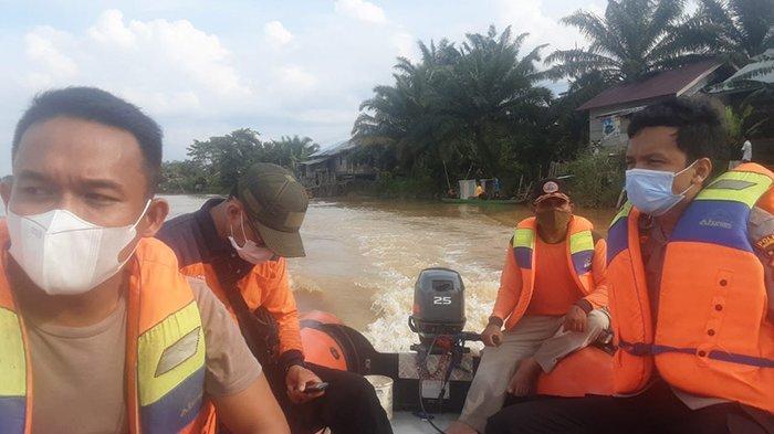 Tim KPBD Inhu melakukan pencarian terhadap korban tenggelam di Sungai Indragiri.