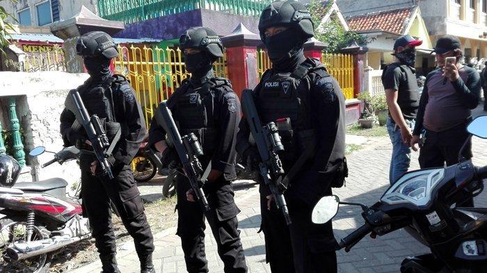 Temukan Dua Buku Jihad, Densus 88 Geledah Rumah Terduga Teroris di Tanah Datar Sumbar