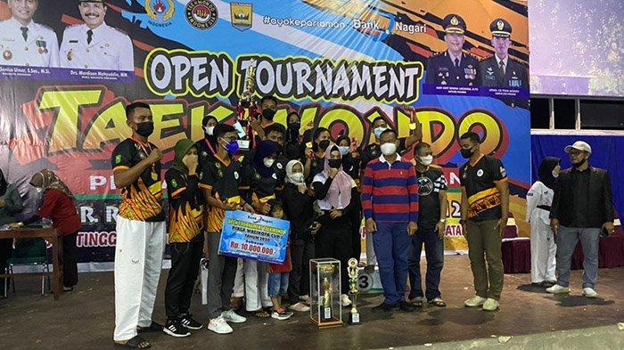 Sapu Bersih 9 Medali Emas, Tim Pelatda Taekwondo Riau Juara Umum Kejuaraan di Kota Pariaman