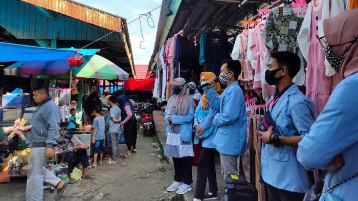 Tim Relawan Covid-19 UNRI Sosialisasikan Penggunaan Masker kepada Masyarakat di Pasar Inuman