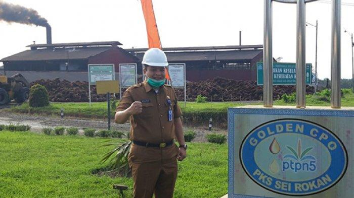 Kabid Pengolahan dan Pemasaran Dinas Perkebunan Riau Defris Hatmaja SP MSi tinjau Pabrik CPO di Riau