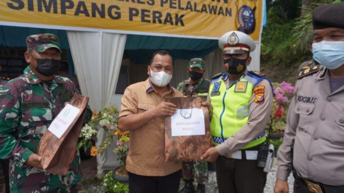 Kapolres Pelalawan AKBP Indra Wijatmiko SIK bersama unsur Forkopimda melakukan peninjauan posko penyekatan