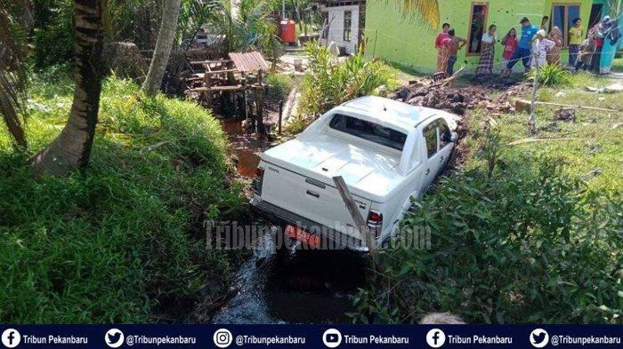 Sopir Mengantuk, Mobil Dinas PUPR Bengkalis Riau Masuk Parit, untung Pejabat Cuma Luka Ringan