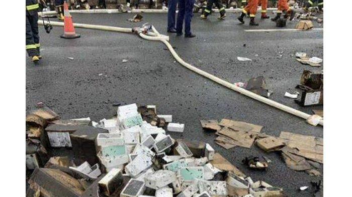 Truk Pengangkut 200.000 iPhone Terguling dan Terbakar,yang Utuh Dicuekin Pengguna Jalan yang Lewat