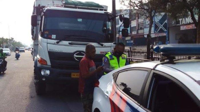 Satlantas Polresta Pekanbaru, menggelar operasi penertiban truk besar masuk jalan kota di kawasan Jalan HR Subrantas, Panam, Kota Pekanbaru.