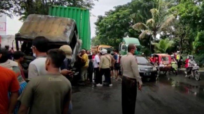 Truk kontainer terbakar setelah menabrak pengendara sepeda motor di Jalan Asrama Kecamatan Medan Helvetia, Kota Medan, Sabtu (18/9/2021).