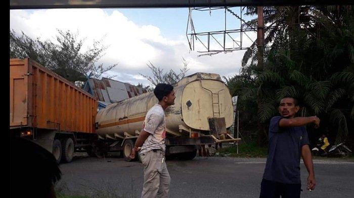 Kecelakaan yang melibatkan dua truk di Jalan Lintas Timur Kilometer 65 Kota Pangkalan Kerinci Kabupaten Pelalawan, tepatnya di Simpang Perak, Sabtu (6/2/2021).